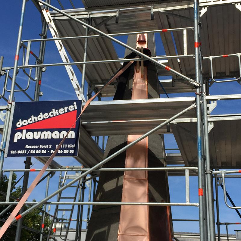 Gerüstbauarbeiten für Dacharbeiten im Raum Kiel